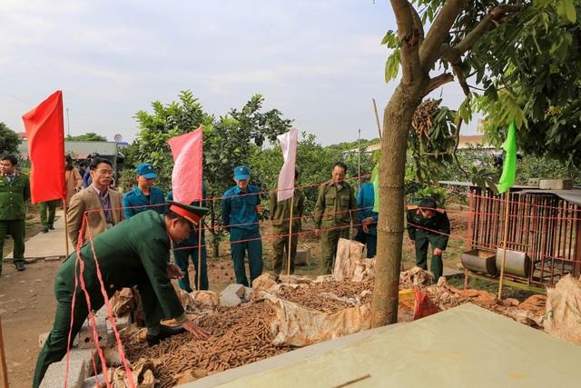Công an xã Dân Tiến đang bảo vệ hiện trường, chờ Bộ chỉ huy Quân sự tỉnh Hưng Yên đưa ra phương án xử lý số đầu đạn trên vào ngày hôm nay 12/1.