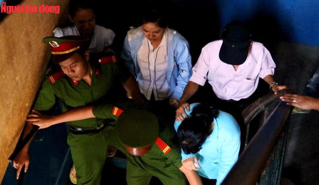 Cán bộ hỗ trợ tư pháp vất vả ngăn cản trong 1 lần người nhà đòi tiếp cận tử tù.