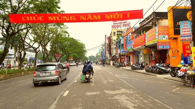 Đường phố Trần Hưng Đạo ở bờ bắc sông Hương thường ngày đông đúc người qua lại, vào sáng 1/1/2018 vắng vẻ và bình yên