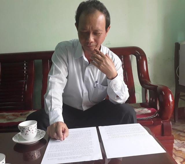 Thầy Thiện đang đọc thư học sinh.