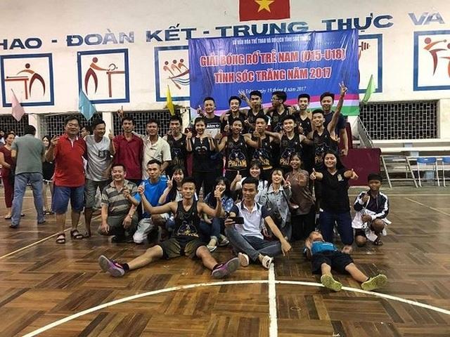 """Thầy Phong (đứng ngoài cùng bên trái) cùng đội bóng rổ của trường THPT Phú Tâm vui mừng khi đạt giải nhất """"Giải bóng rổ trẻ nam U15 -U18"""" do tỉnh Sóc Trăng tổ chức."""