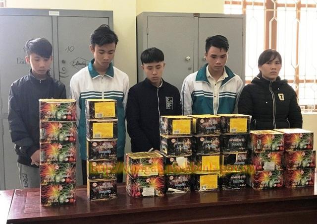 Các đối tượng cùng 39,5kg pháo nổ bị bắt giữ (ảnh: Công an Ninh Bình)