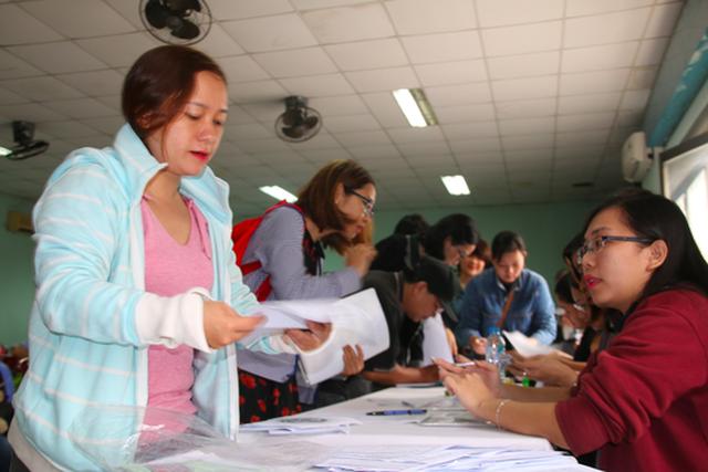 Người lao động đang tìm hiểu việc làm thời vụ tại Trung tâm Dịch vụ việc làm TP HCM
