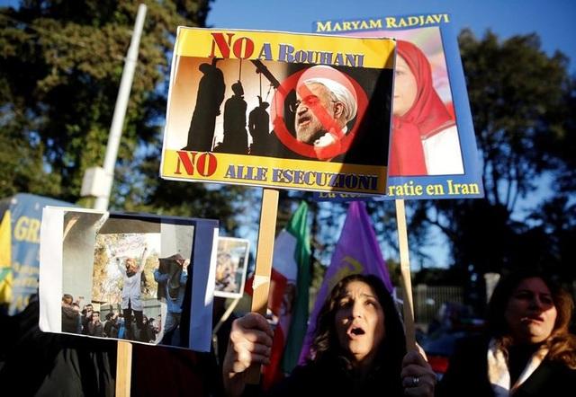Người dân tham gia biểu tình phản đối Tổng thống Hassan Rouhani. Ảnh: AP