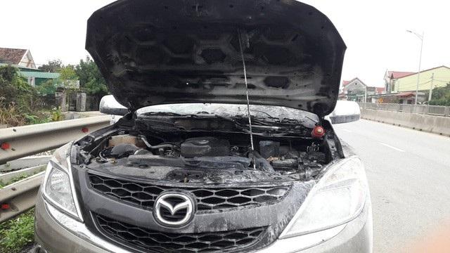 Chiếc xe đang chạy thì tài xế phát hiện khói bốc lên từ phía đầu xe ...