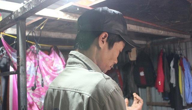 Anh Trần Văn Minh cho biết: Những ngày này thời tiết khắc nghiệt, nhiệt độ xuống thấp, mặc dù chúng tôi tận dụng tối đa giẻ rách, quần áo, túi nilon quấn chặt, bịt kín các kẽ hở nhưng vẫn không ăn thua. Ảnh: Thanh Hải