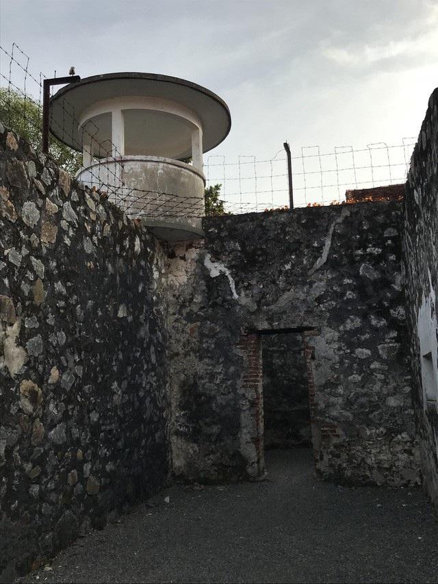 """Hệ thống nhà tù khắc nghiệt tại đây sử dụng cấu trúc """"nhà tù trong nhà tù""""."""