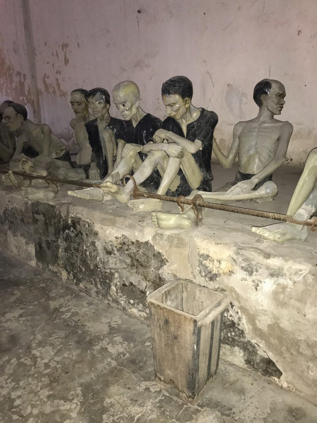 Bị xiềng đơn, xiềng kép, ăn cơm nhạt, uống nước lã, bắt nhịn đói, vệ sinh tại chỗ là những hình phạt thường được áp dụng tại đây.