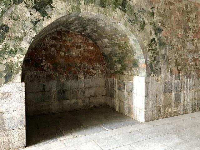 Bên trong Bắc môn. Dù Bắc Môn là công trình do nhà Nguyễn xây dựng, nhưng dưới chân cổng thành sừng sững này là tầng tầng lớp lớp di chỉ thành quách từ các triều đại trước đó. Năm 1998, tại khu vực Bắc Môn, các nhà khảo cổ đã tìm thấy nhiều dấu vết kiến trúc ở độ sâu 1,66m và 2,2m, trong đó có vết tích của những đoạn tường thành xây bằng đá và gạch vồ thời Lê.