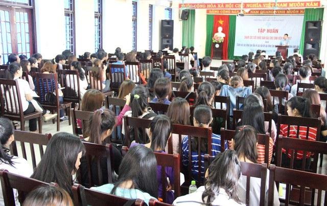 Đông đảo các em sinh viên trường Đạihọc Ngoại ngữ Huế với phần lớn là nữ sinh đến tham gia khóa tập huấn rất bổ ích về sức khỏe