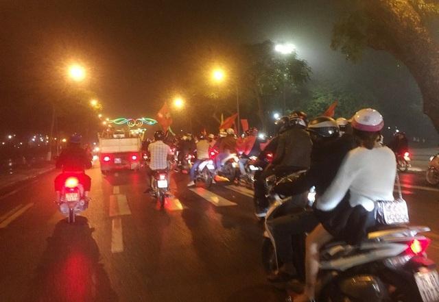 Người dân xứ Huế đổ ra đường ăn mừng Việt Nam thắng lợi