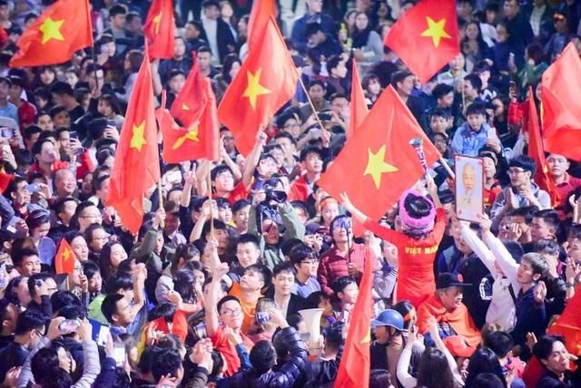 Tối 20/1, sau chiến thắng của U23 Việt Nam để đoạt vé vào bán kết Giải U-23 châu Á 2018, nhiều người dân ở Hà Nội đã xuống đường ăn mừng chiến thắng lịch sử.