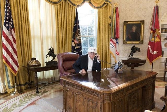 Nhà Trắng công bố hình ảnh Tổng thống Donald Trump làm việc trong phòng Bầu Dục giữa lúc chính phủ đóng cửa.