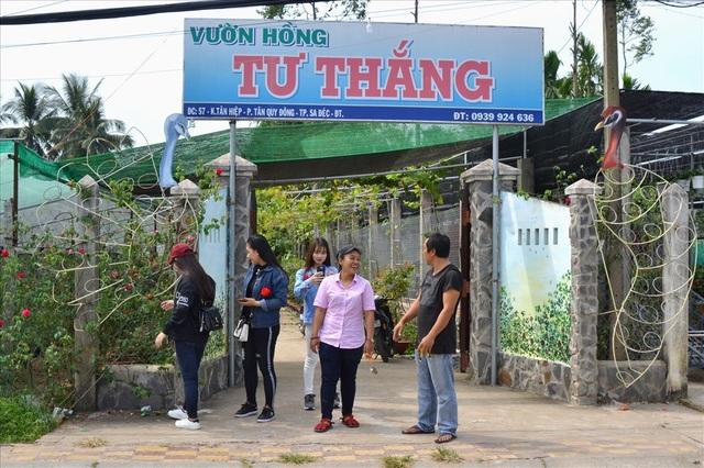 Bên ngoài cổng Vườn Hồng Tư Thắng.