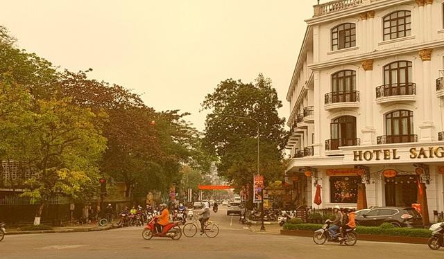 Đường Lê Lợi giao Hùng Vương dưới chân cầu Trường Tiền nhìn về khách sạn cổ Saigon Morin