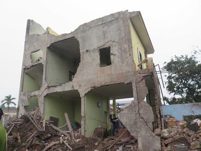 Ngôi nhà 3 tầng bằng bê tông cốt thép bị vụ nổ thổi bay cả mái bê tông