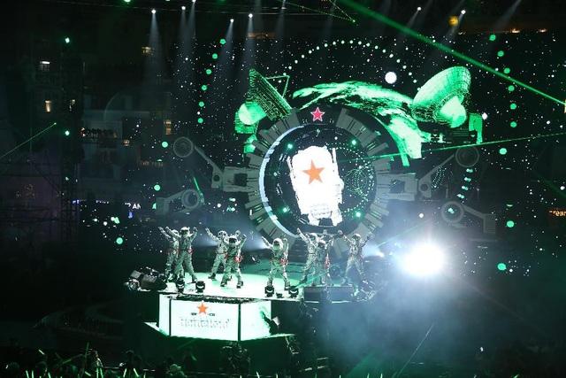 """Chuyến """"du hành tới tương lai"""" của hàng trăm nghìn khán giả tại quảng trường Đông Kinh Nghĩa Thục với sự xuất hiện của các phi hành gia"""