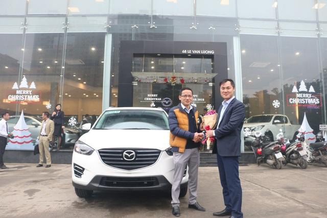 Khách hàng trúng giải Đặc biệt – Trần Văn Đông cùng người thân và bạn bè đã đến nhận xe ô tô Mazda CX5 trị giá 840 triệu đồng
