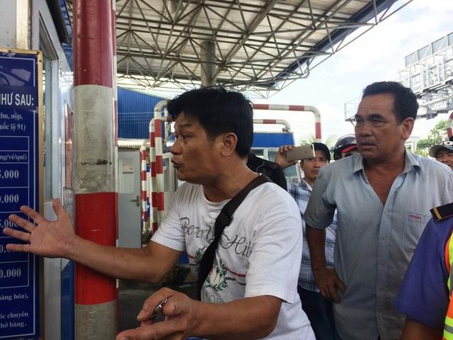 Hai tài xế phản ứng dữ dội với nhân viên thu phí tại trạm T2