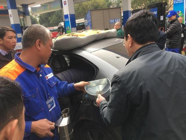 Hà Nội: Cây xăng bị tố đổ sai 10 lít được minh oan - 2