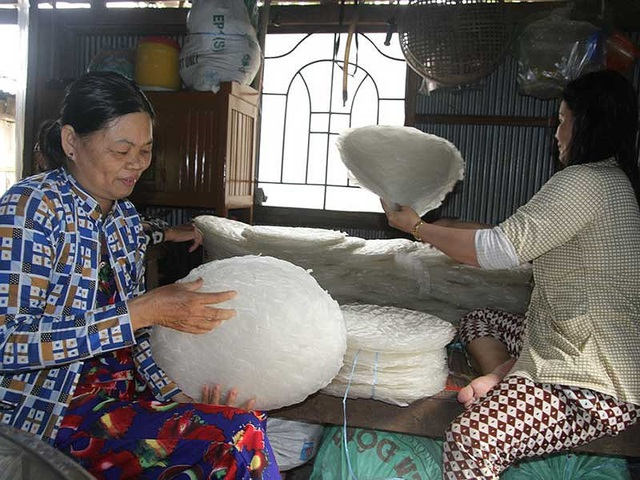 Làng bánh tráng Thuận Hưng chuẩn bị phục vụ thị trường dịp Tết Nguyên đán.