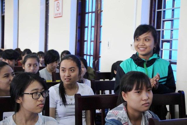 Nhiều em sinh viên nữ e ngại, mắc cỡ... khi nói về vấn đề sinh sản