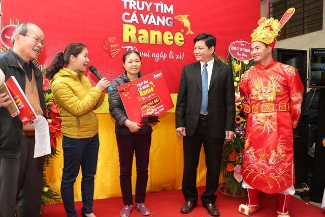 Chị Nguyễn Thị Thanh (Thanh Trì, Hà Nội) nhận giải Cặp cá vàng - 02 lượng vàng 9999