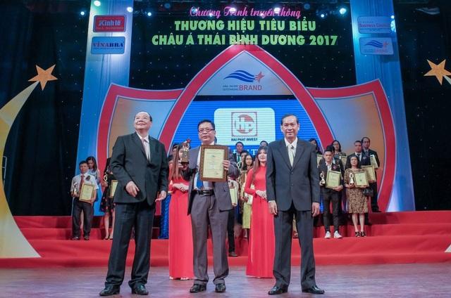 Đại diện Tập đoàn Hải Phát, ông Đào Tiến Dũng – Phó TGĐ vinh dự lên nhận giải thưởng.