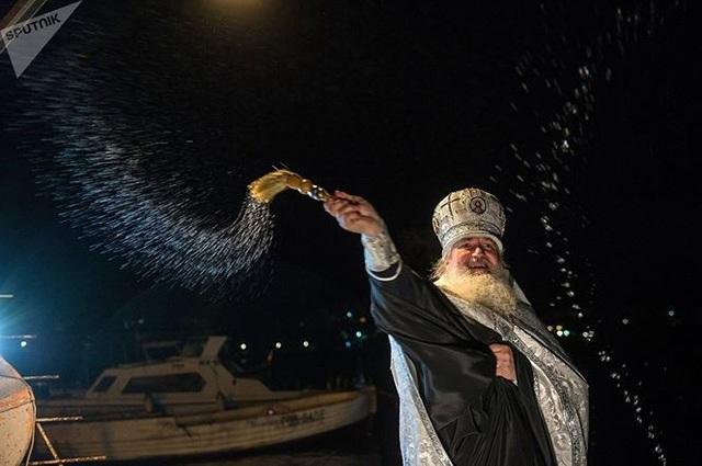 Người đẹp Nga run rẩy ngâm mình dưới nước trong nghi lễ truyền thống  Thế giới - 2