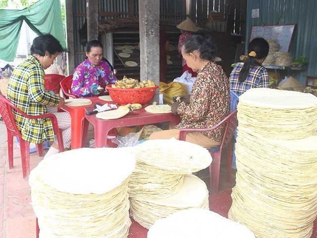 Cả hai làng nghề bánh tráng Mỹ Lồng và bánh phồng Sơn Đốc đều rất bận rộn làm bánh ngày đêm vào những ngày cận Tết . Ảnh: ĐÔNG HÀ