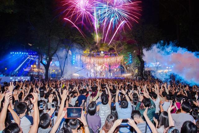 Tiger Remix đã đưa khán giả Sài thành bước sang năm mới 2018 với màn pháo hoa rực rỡ