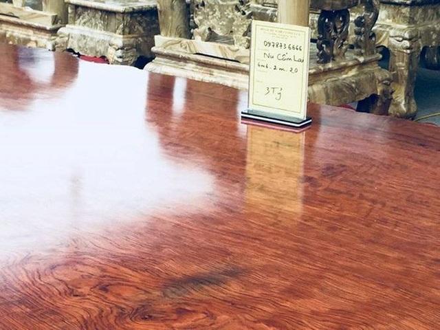 """Tại Việt Nam, chiếc sập có tên """"Hoàng gia"""" bằng gỗ ngọc am có xuất xứ từ Lào, thuộc loại gỗ quý nhóm 1 là chiếc sập lớn nhất Việt Nam từ trước tới nay. Chiếc sập này có kích thước chiều dài 4.5m, rộng 2.5m và bề dày 22cm. Chiếc phản được rao bán với giá 3 tỉ đồng."""