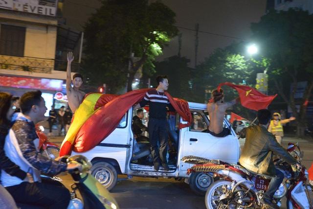 """Khu vực Hồ Gươm """"nghẹt thở"""" sau kỳ tích của U23 Việt Nam - 11"""