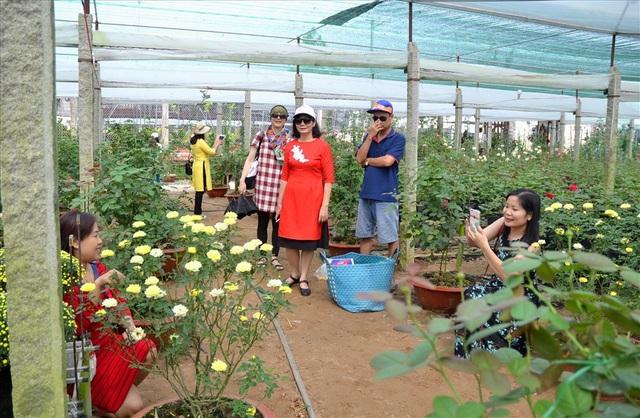 Vì vậy Vườn Hồng Tư Thắng được nhiều người đến ngắm nhìn và thích thú chụp ảnh lưu niệm (Ảnh: Lục Tùng)