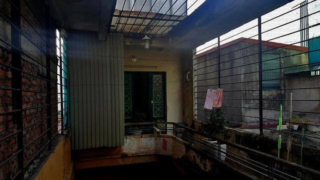 Mặc dù con cái đều thành đạt, có điều kiện nhưng ông Thái An cho biết, mình không có ý định sơn sửa lại nhà. Vì ông muốn giữ vẻ rêu phong, cũ kỹ của ngôi nhà cổ này. Ảnh: Nhật Linh