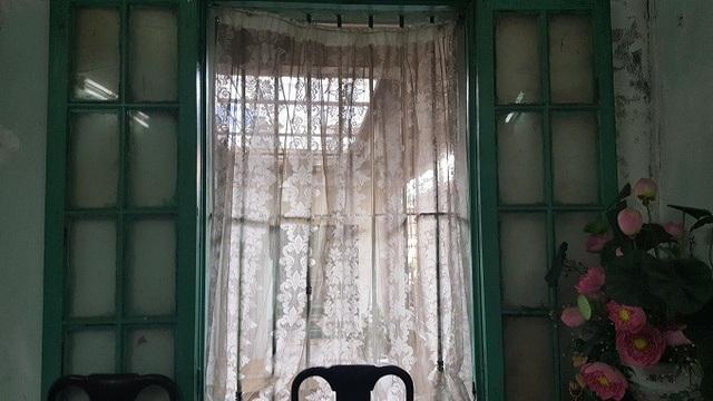 Khung cửa sổ tầng 3 - nơi ông Thái An thường ngồi trầm ngâm, nhớ về một thời quá vãng. Ảnh: Thanh Hải