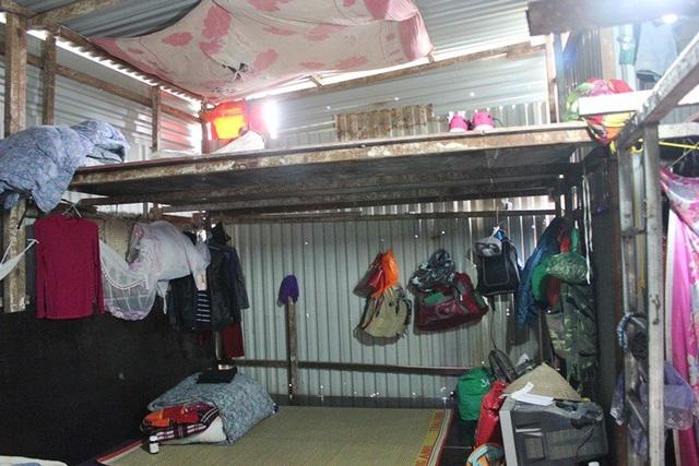 Trên trần của căn lán tạm, các công nhân phải căng vải để che nắng che mưa và bụi.