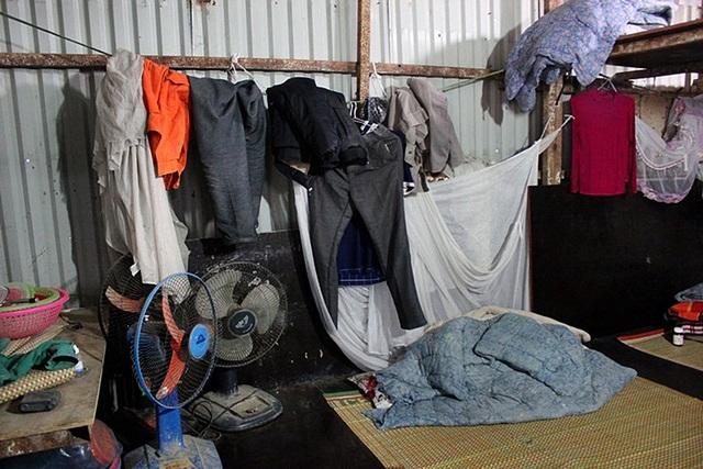 Góc ở của anh Nguyễn Trung (35 tuổi, quê Bắc Ninh) làm nghề trát vữa. Anh cho biết, trong khu công trường này, các công nhân không trang bị tủ, rương đựng quần áo mà tận dụng mọi khoảng trống để treo đồ.