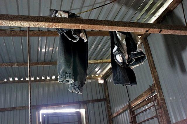 Hai chiếc quần của một công nhân làm nghề bốc gạch.