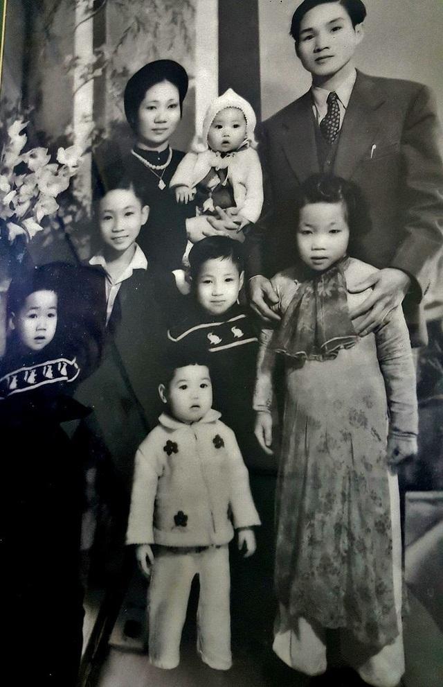 Cha mẹ ông vốn là nhà buôn có tiếng ở phố Hàng Đào với thương hiệu vải lụa Thái An. Ảnh: Nhân vật cung cấp