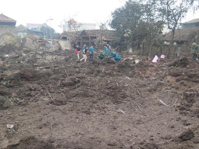 Vụ nổ khoét sâu xuống lòng đất một hố sâu khoảng 3 m, rộng khoảng 10 m