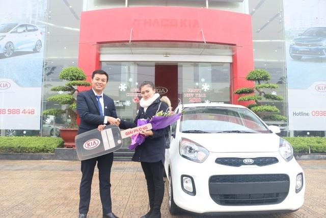 Khách hàng Phạm Thị Dương nhận giải nhất xe ô tô Kia Morning