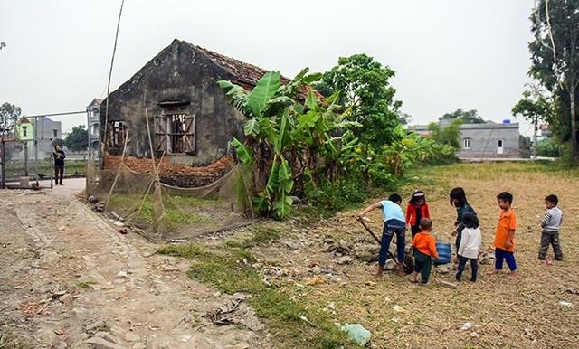 """Căn nhà của gia đình anh Nguyễn Văn Hách, 38 tuổi ở xã Dương Quang, Mỹ Hào, Hưng Yên, luôn tràn ngập tiếng con trẻ cười đùa, thế nhưng trái ngược với những âm thanh vui vẻ ấy lại là gia cảnh đặc biệt khó khăn của ông bố được mệnh danh """"gà trống"""" đông con nhất Việt Nam."""