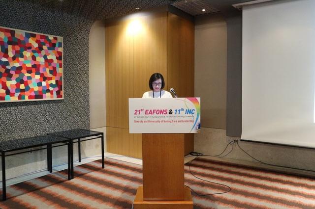 Th.s Hoàng Thị Xuân Hương - Giảng viên trường Đại học Thành Tây đại diện nhóm nghiên cứu Việt Nam trình bày tại Hội nghị.