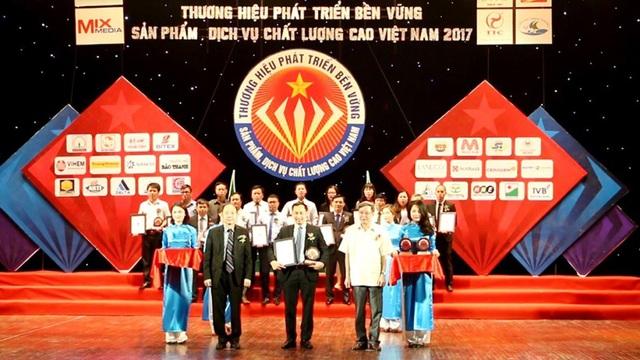 Ông Nguyễn Anh Dũng – Phó TGĐ Tập đoàn Hải Phát lên nhận giải thưởng