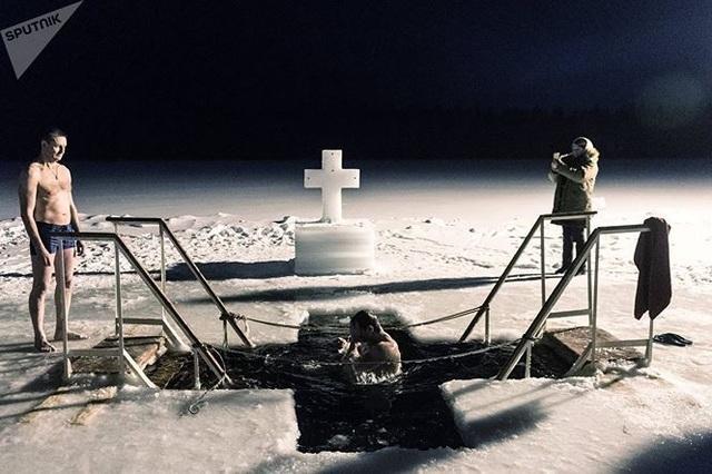 Người đẹp Nga run rẩy ngâm mình dưới nước trong nghi lễ truyền thống  Thế giới - 3