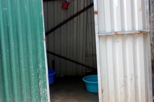 Ở một lán tạm khu Tây Hồ (Hà Nội), công nhân phải dựng nhà tắm tạm bợ để vệ sinh.