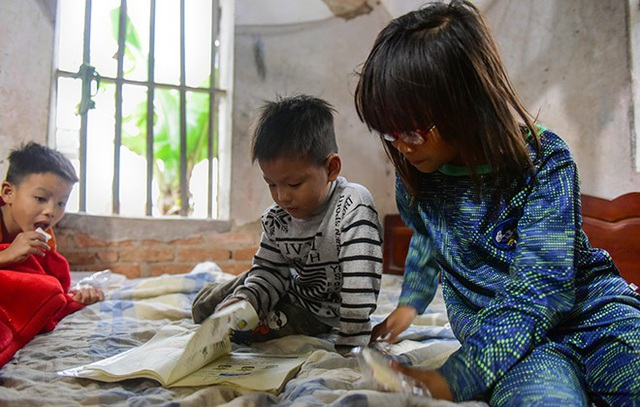 Thương bố, tự biết cảnh nhà nên bọn trẻ dù ở độ tuổi nghịch ngợm nhưng cũng ít quấy phá mà ở trường về lại ôm sách vở đứa lớn dạy đứa bé vừa tập đọc vừa tập viết.