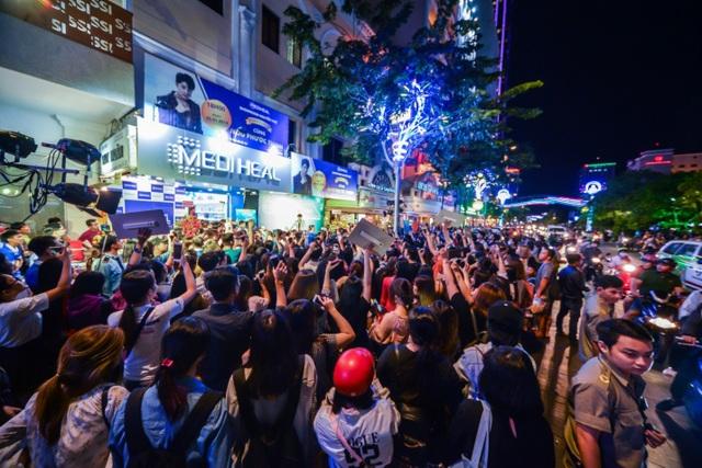 Đội ngũ an ninh đảm bảo an toàn tuyệt đối cho Noo Phước Thịnh tại sự kiện Mediheal khai trương showroom thứ 3 tối 5/1 tại phố đi bộ Nguyễn Huệ.