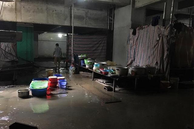Ngay trong hầm tòa chung cư giá đắt đỏ này, có một khu bếp ẩm thấp, ướt nhẹp cạnh nhà vệ sinh tạm bợ.